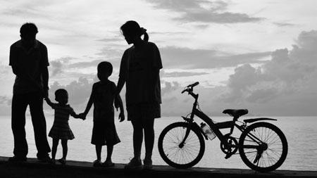 Barn holder mor og far i hånden